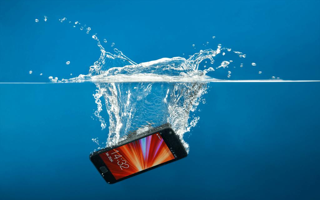 Первая помощь телефону в воде