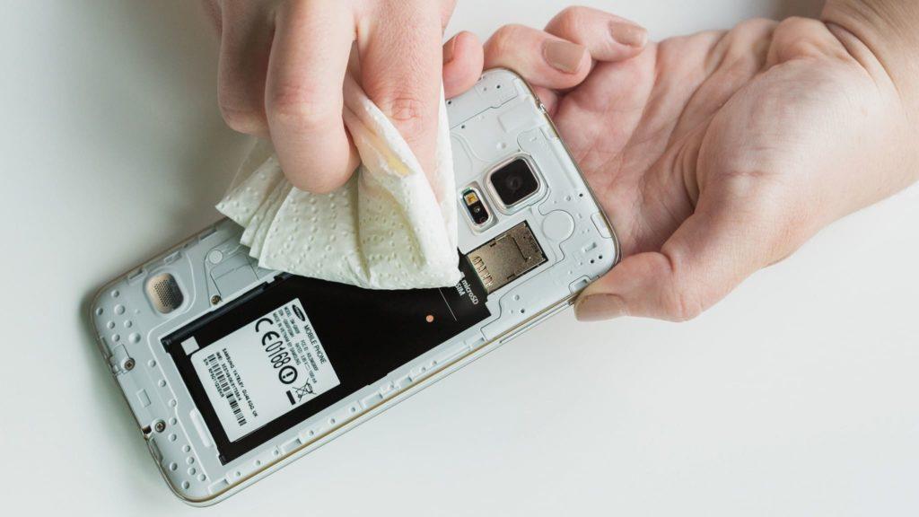 Протираем телефон и компоненты