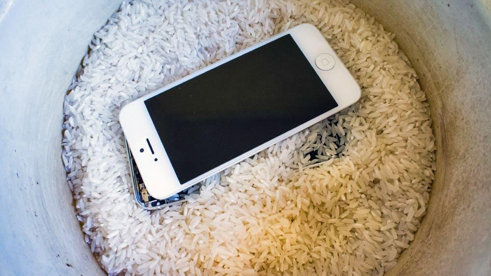 Телефон положили в рис