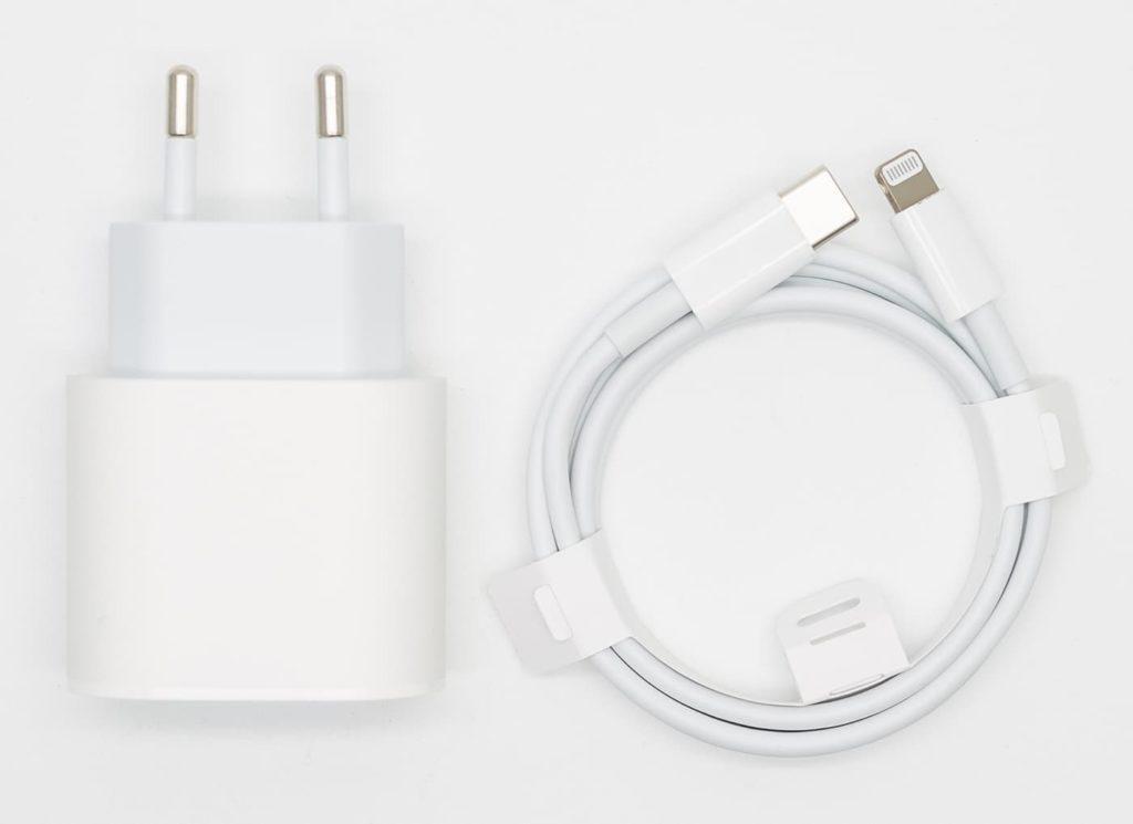 Зарядка на Айфон внешний вид